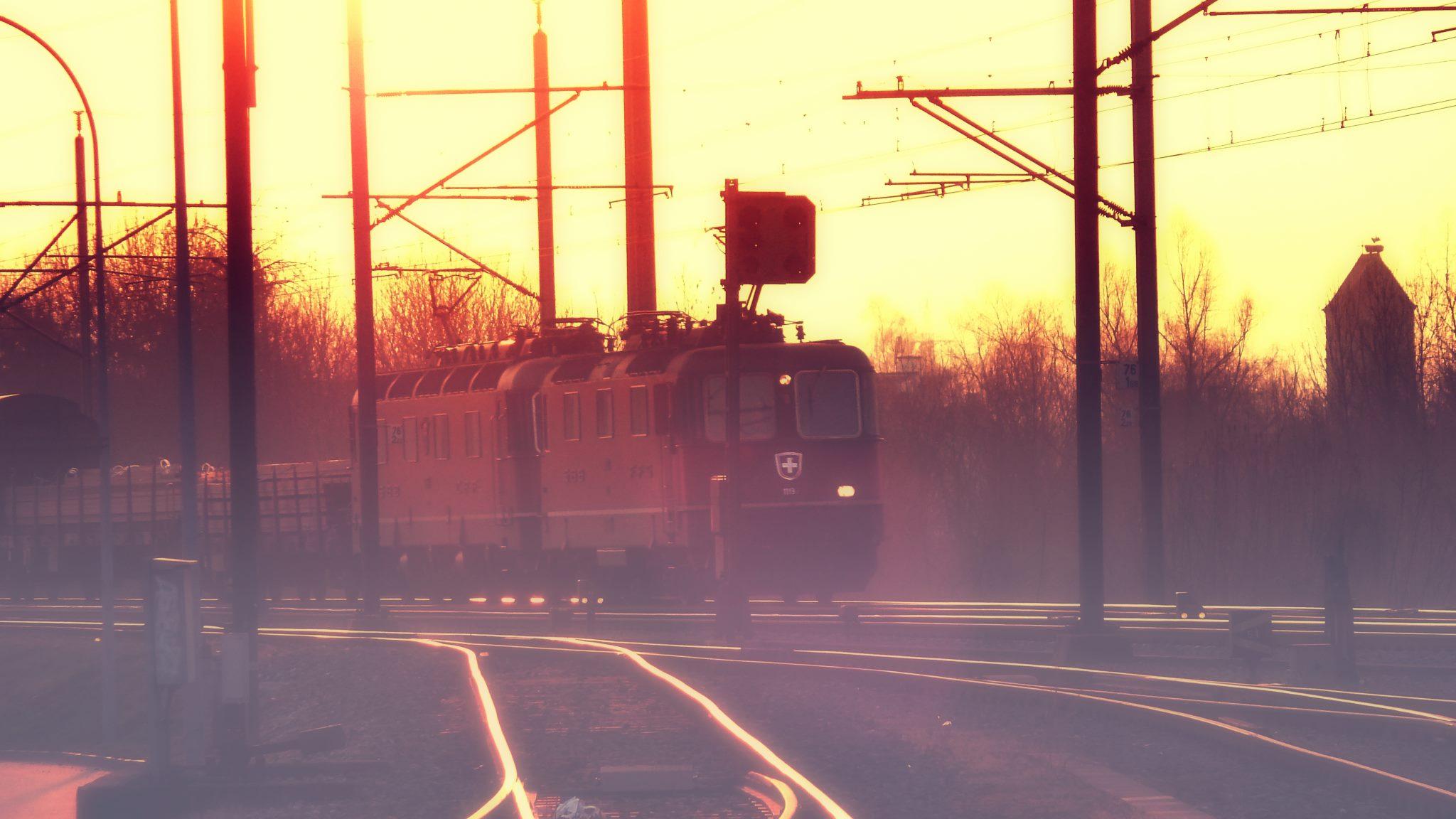 Bahn im Gegenlicht