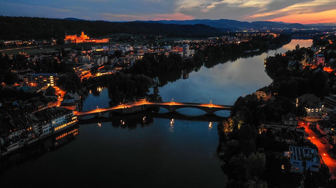 Nachtaufnahme der 1912 erbauten Rheinfelder Rheinbrücke