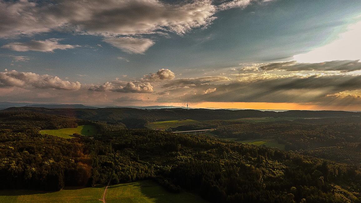Fönwetter über dem Schwarzwald, Drohnenaufnahme
